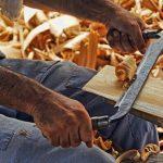 Cepillado y barnizado de la madera